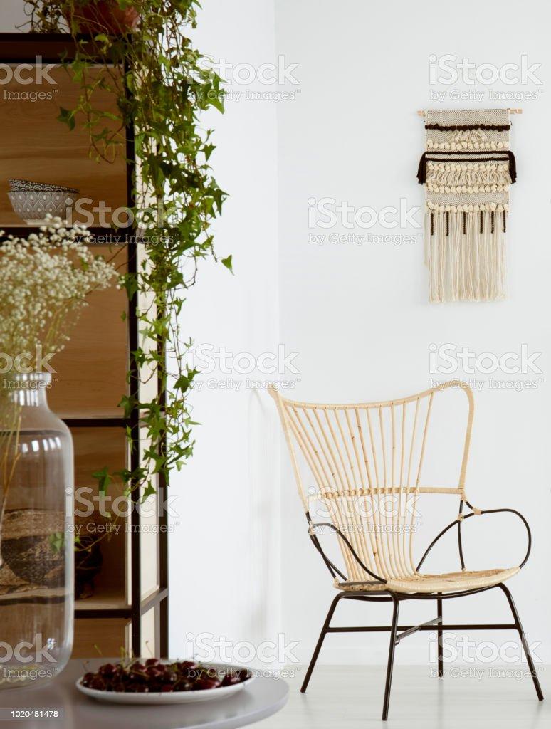 Blumen Am Tisch In Weiss Dekor Wohnzimmer Interieur Mit Pflanze Auf Schrank Und Sessel Echtes Foto Stockfoto Und Mehr Bilder Von Blume Istock