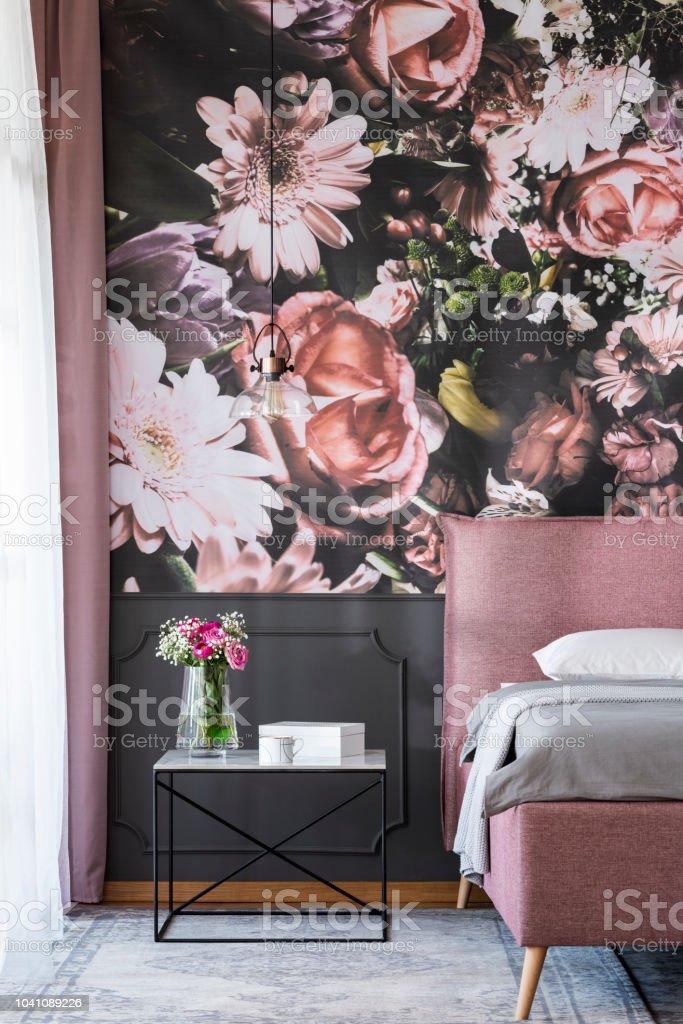 Blumen Am Tisch Neben Rosa Bett Im Schlafzimmer Innenraum ...