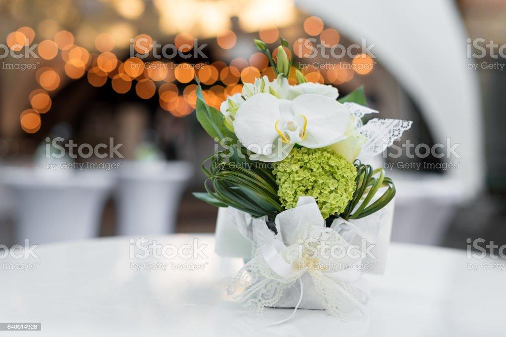 Flores Sobre La Mesa En El Restaurante Al Aire Libre