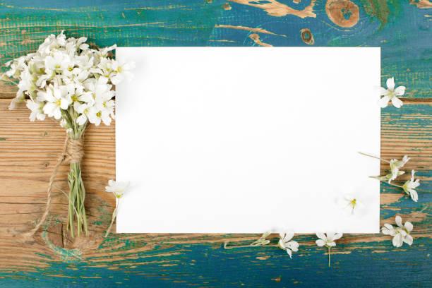 blumen auf alten hölzernen planken mit leeren raum - heiratssprüche stock-fotos und bilder