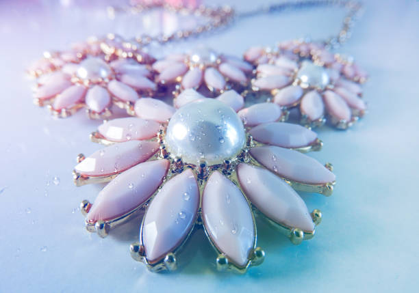 blumen perlenkette mit wassertropfen darauf - ohrringe tropfen stock-fotos und bilder