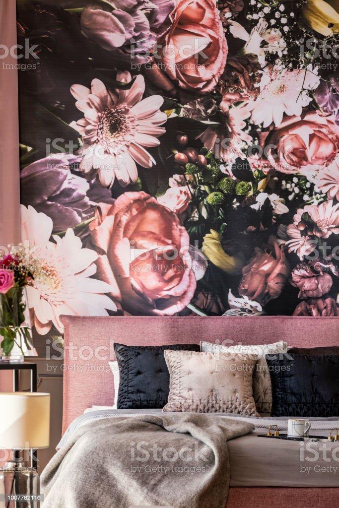 Blumen Tapete Über Rosa Bett Mit Grauen Und Schwarzen Kissen ...