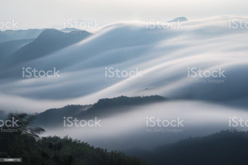 fließende Wolken Closeup auf Bergen – Foto
