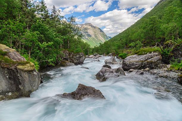 Schnelle Strom fließen im Norweger-Gebirge – Foto