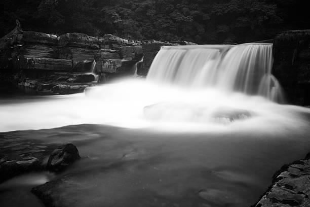 flowing water - john lewis 個照片及圖片檔