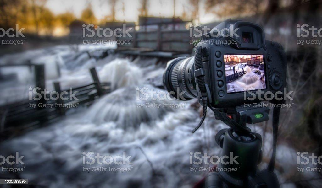 Strömmande vatten med kamera bildbanksfoto