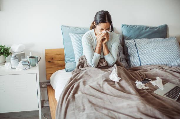 grippe-attacke - erkältung und grippe stock-fotos und bilder