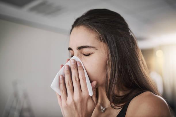 grippe-saison kommen klopfen - schnäuzen stock-fotos und bilder