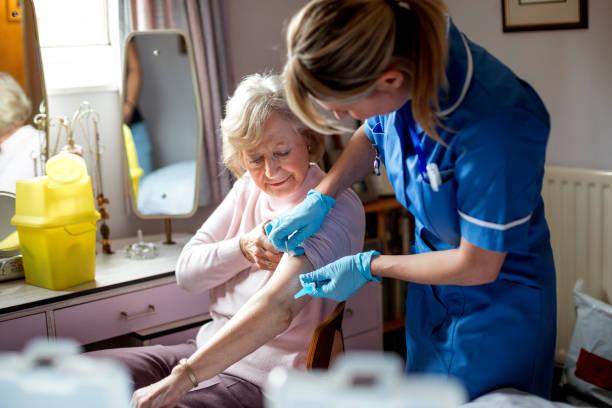 griepvaccin voor ouderen - injecteren stockfoto's en -beelden