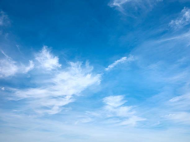 des nuages dans le ciel - sky photos et images de collection