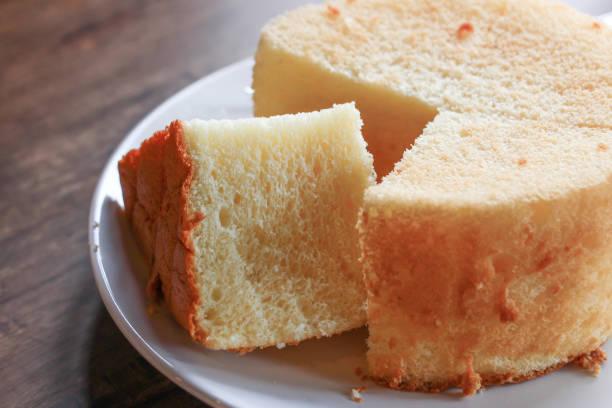 eine flauschige orange chiffon kuchen - brottorte stock-fotos und bilder