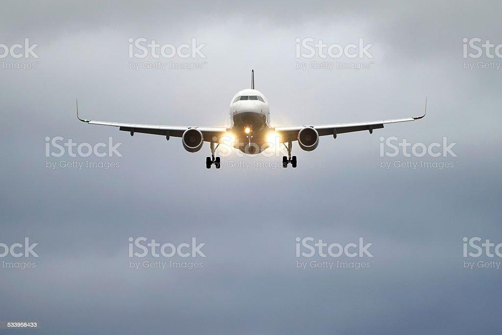 Flugzeug im Landeanflug und Scheinwerfern stock photo