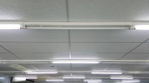 leuchtstoff-lampen an der decke - fluoreszierend stock-fotos und bilder