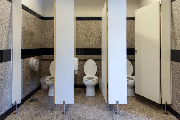 spoel het toilet in openbare toilet van de drie kamers en open deur - marktkraam stockfoto's en -beelden