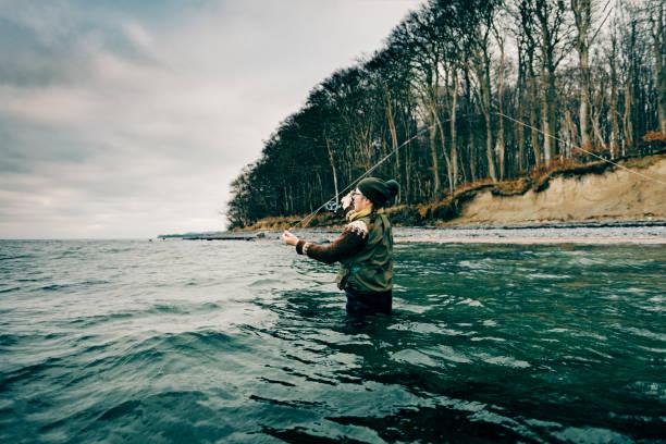 fliegen sie fischer, trieb ihre linie - angeln dänemark stock-fotos und bilder