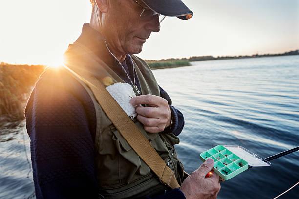 fly fisherman sie einen flug nach fisch mit - angeln dänemark stock-fotos und bilder