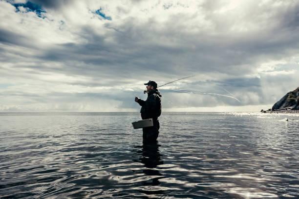 fliegenfischer angeln in der ostsee in dänemark - angeln dänemark stock-fotos und bilder