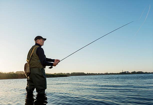 fly fisherman angeln auf stege und auch in dänemark - angeln dänemark stock-fotos und bilder