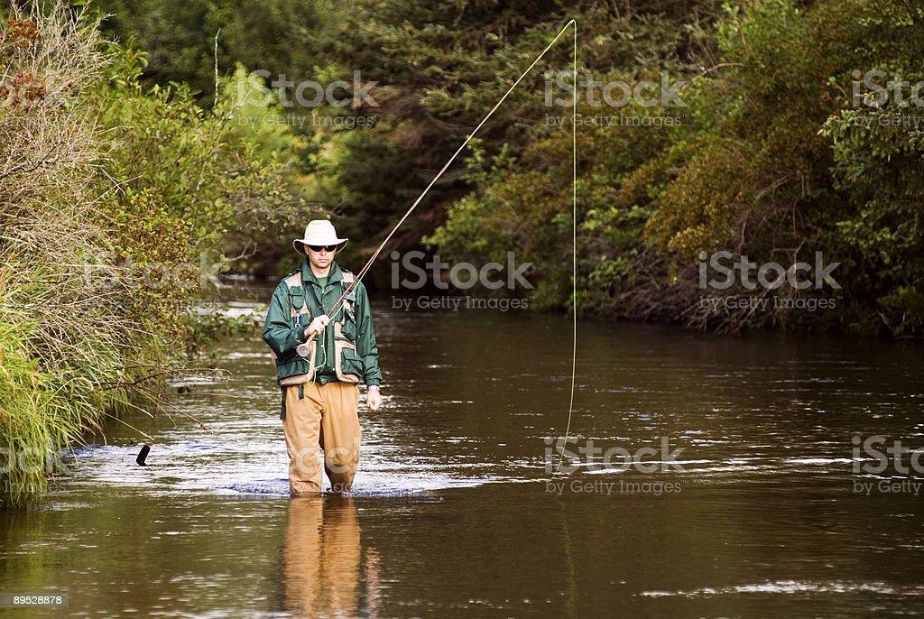 Fly Fisherman Vorbereitung zu werfen Lizenzfreies stock-foto