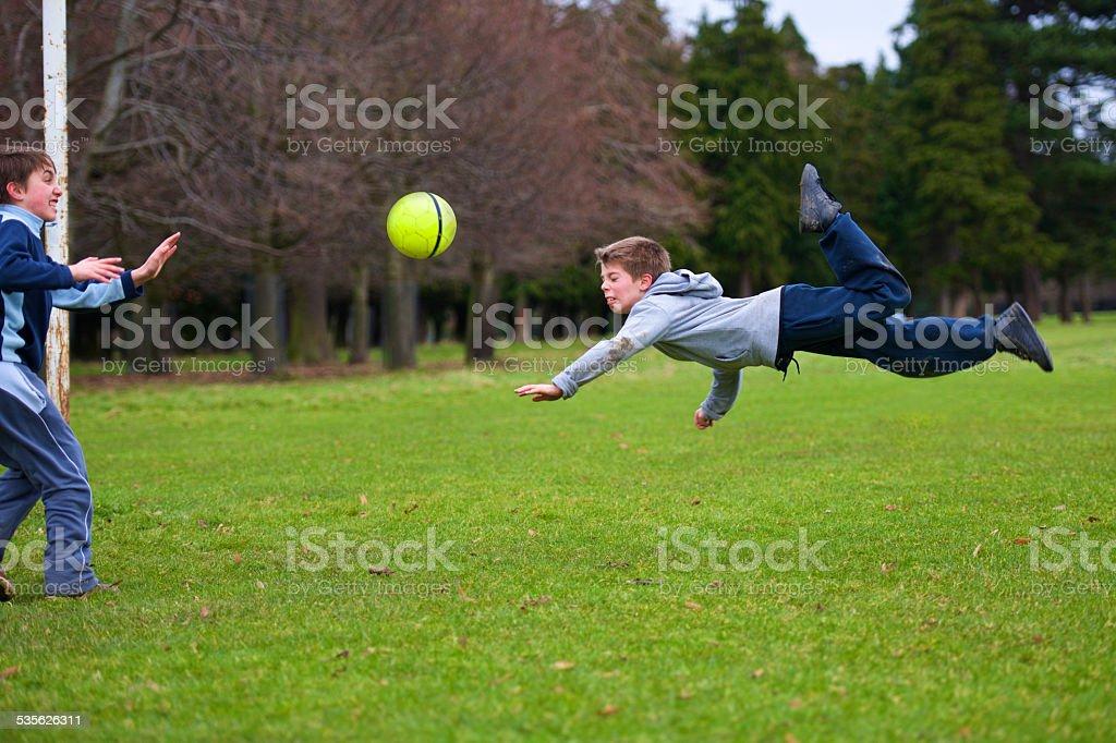 Fliegen in Richtung Fußball, Kinder in park – Foto