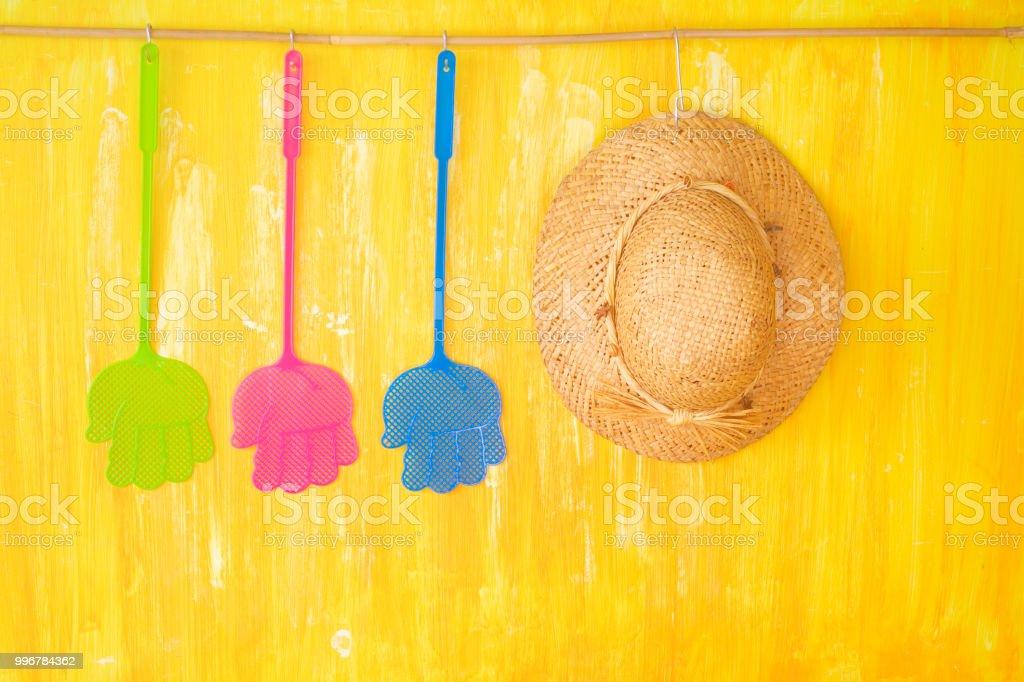 Tue-mouches et un chapeau de paille, fléau des insectes en vacances. Symbolique - Photo