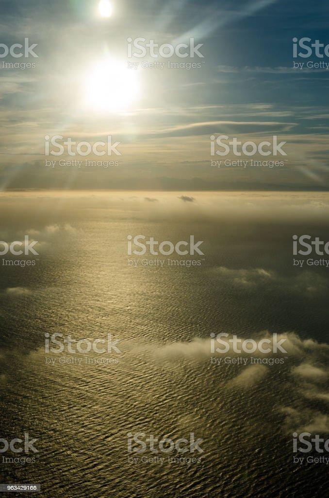 Latanie nad chmurami, widok z samolotu - Zbiór zdjęć royalty-free (Atmosfera - Wydarzenia)