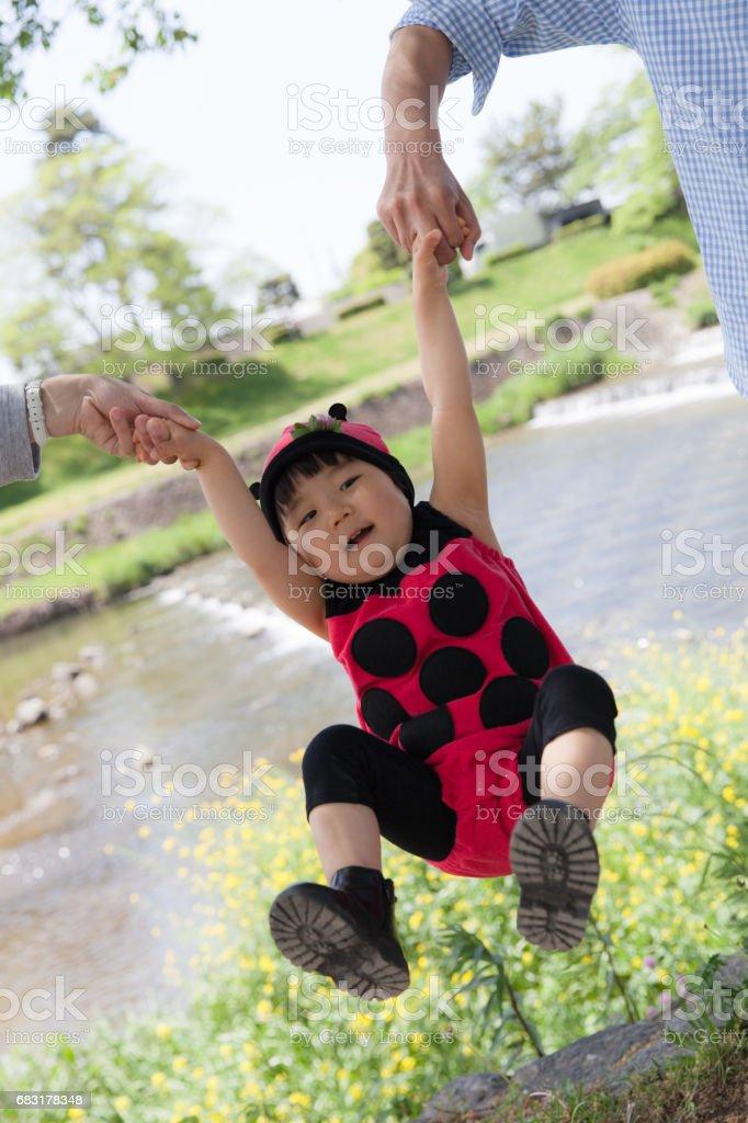 무당벌레 의상에서 여자 아기를 플 라 잉 royalty-free 스톡 사진