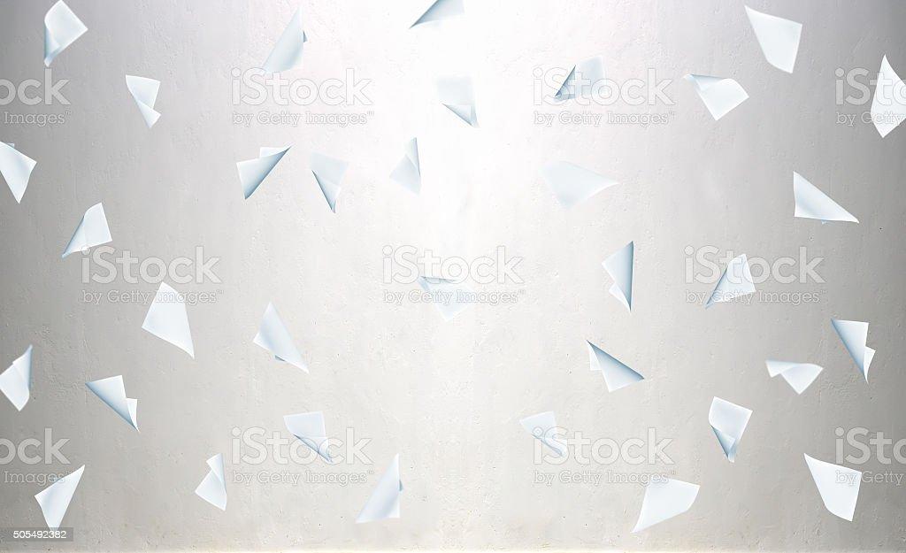 Voando negócios em branco de papel - foto de acervo