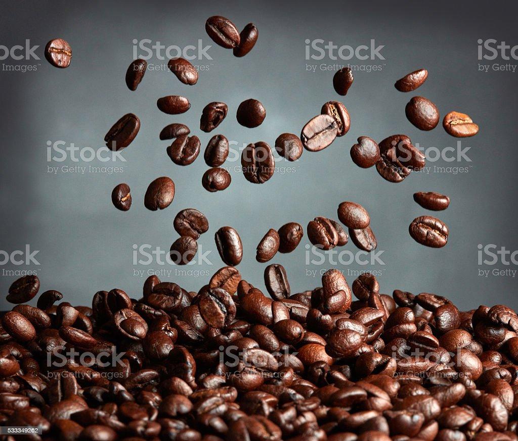 Vuelo granos de café sobre fondo oscuro - foto de stock