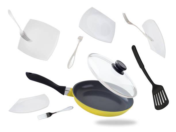 vliegende koekenpan en platen - pan keukengereedschap stockfoto's en -beelden