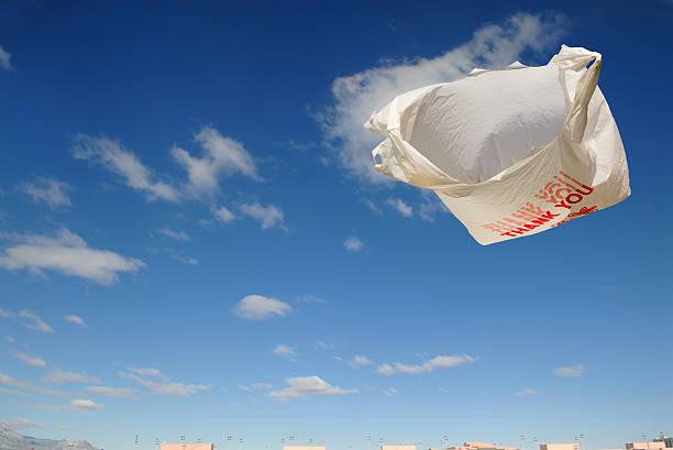 flying lebensmittel-tasche - windbeutel stock-fotos und bilder