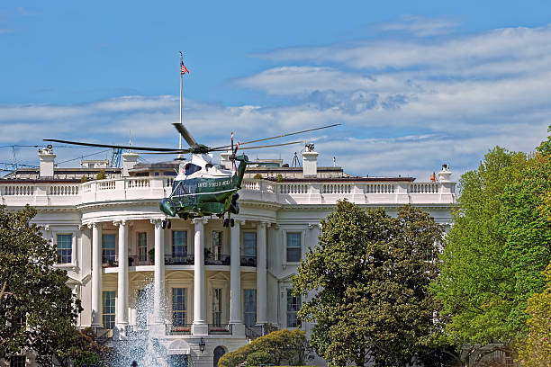 flying helicopter in front of white house us - кандидат на пост президента стоковые фото и изображения