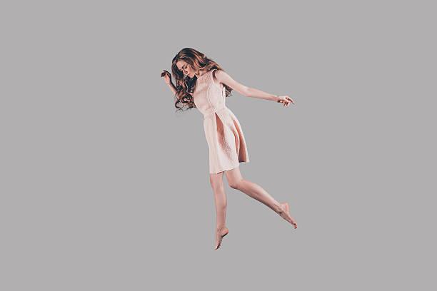volare alto. - levitazione foto e immagini stock