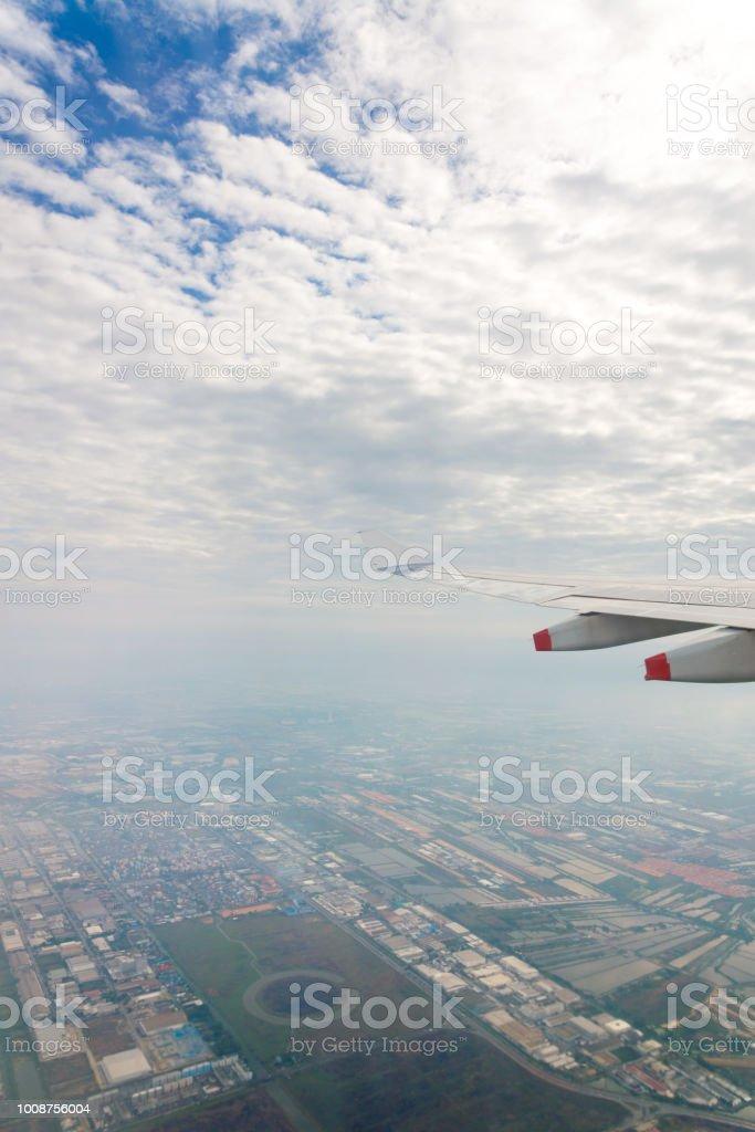Voar para o céu azul e asa de avião com zona agro-industrial e agrícola zona rural vista de avião de janela - foto de acervo