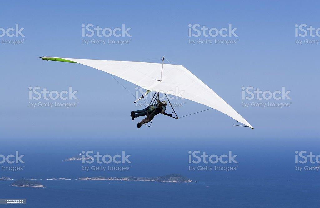 Volar en el azul - foto de stock