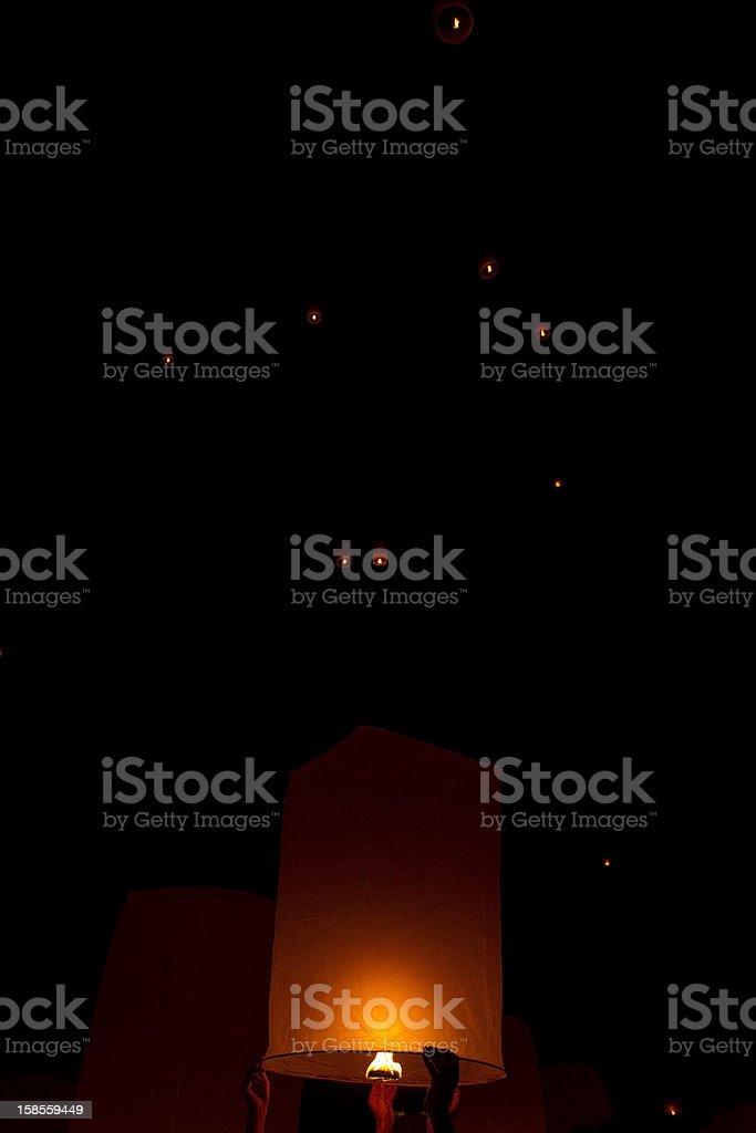 플라잉 등불 at Loi Krathong 패스티발 쑤판부리 주, 태국 royalty-free 스톡 사진