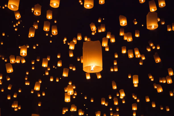lanterna de voo no loy krathong na tailândia - lanterna - fotografias e filmes do acervo