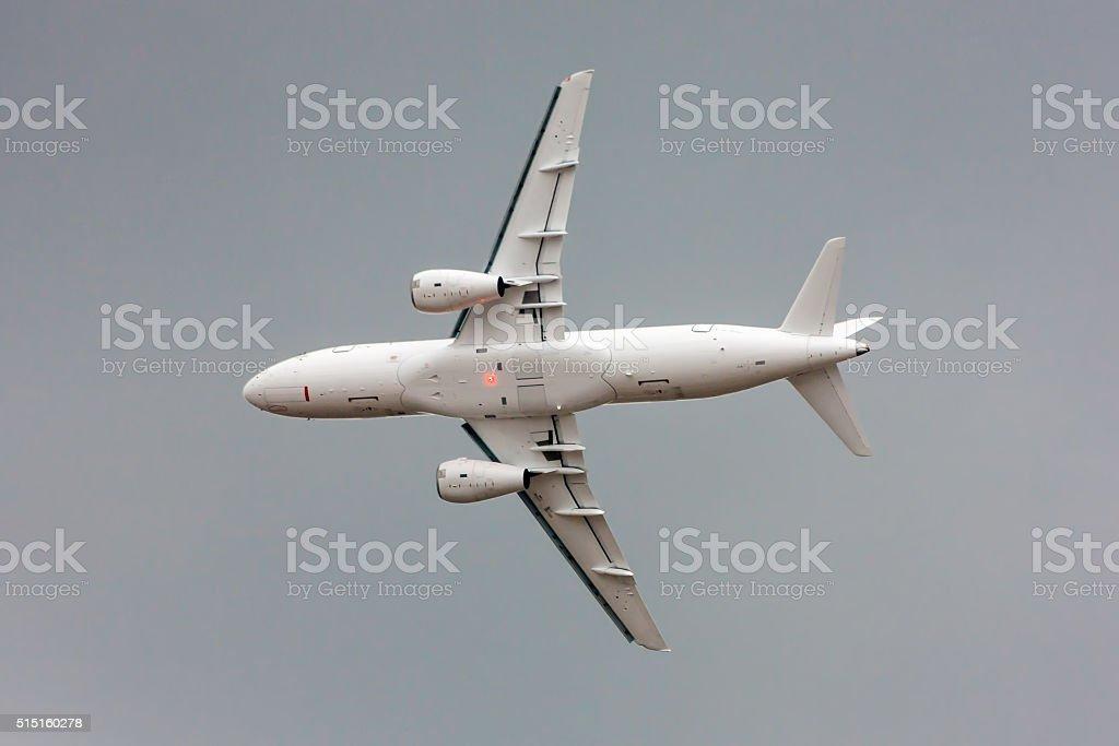 Flying plane royaltyfri bildbanksbilder