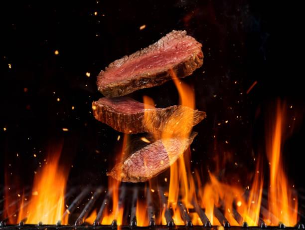 Fliegendes rohes Rindfleischen Steaks Stücke – Foto