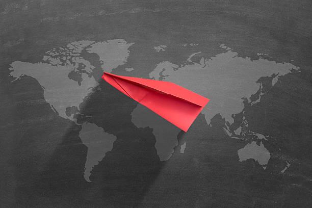 flying red avión de papel - suministros escolares fotografías e imágenes de stock