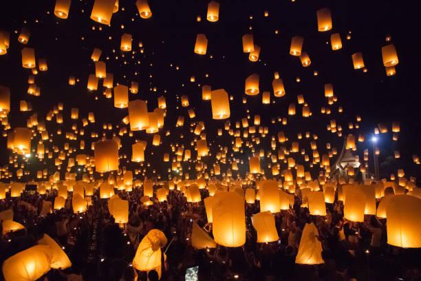 lanterna do céu voando no loy krathong na tailândia - lanterna - fotografias e filmes do acervo