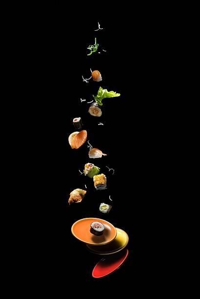 fliegende suchi - sushi essen stock-fotos und bilder