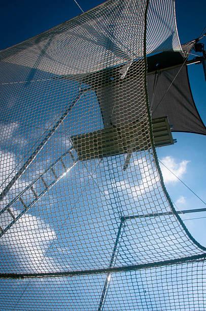trapezaktivität in the sky - trapez stock-fotos und bilder