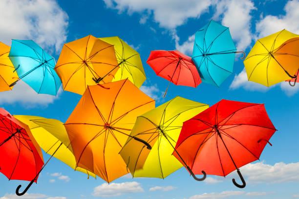 Sonnenschirme und bewölktem Himmel fliegen – Foto