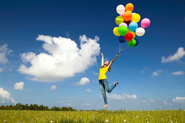 voar com balões - mulher balões imagens e fotografias de stock