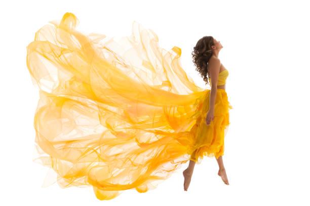 fliegende frau levitation jump, mode-modell in fliege gelb flatternden kleid, jungen tanzenden mädchen weiß isoliert - lange abendkleider stock-fotos und bilder