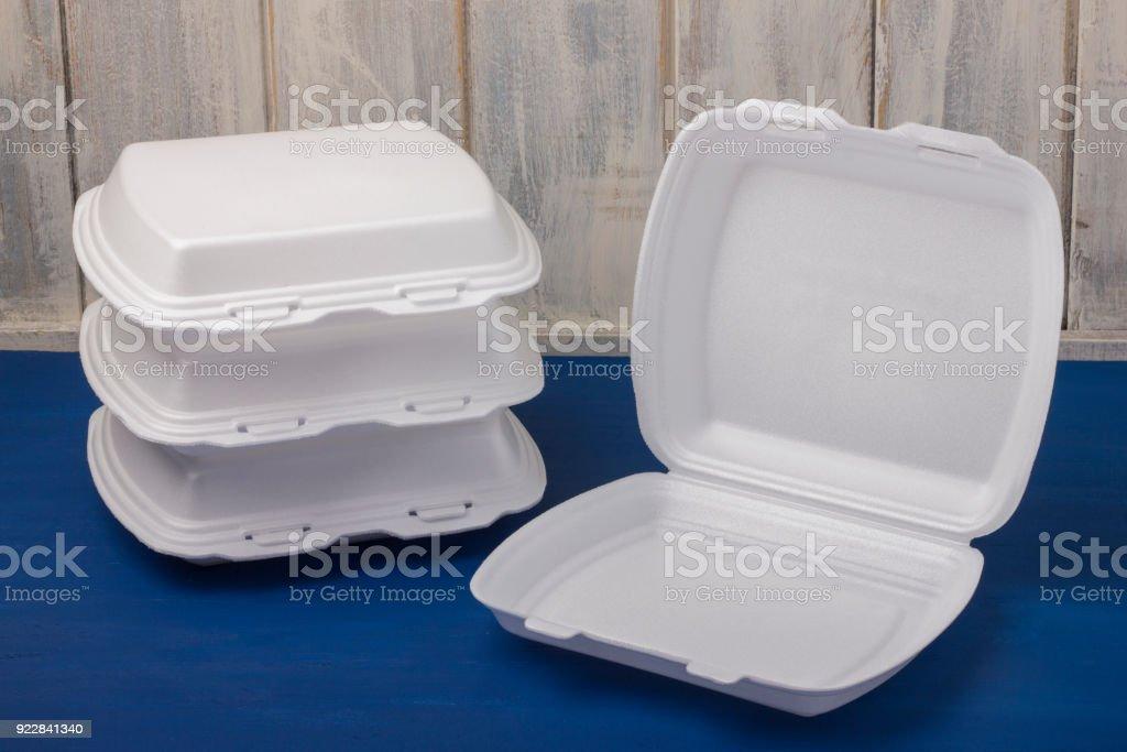Espuma para el alimento se coloca en tablas de madera - foto de stock
