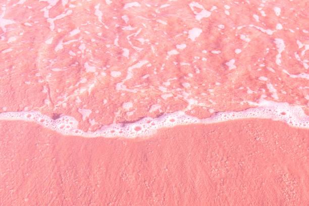 feine klare meereswelle rollt bis rosa sandstrand. luftaufnahme von oben. schöne, idyllische landschaft. tropische natur nautischer hintergrund. strandurlaubsentspannungsparadies wanderlust - roll tide stock-fotos und bilder