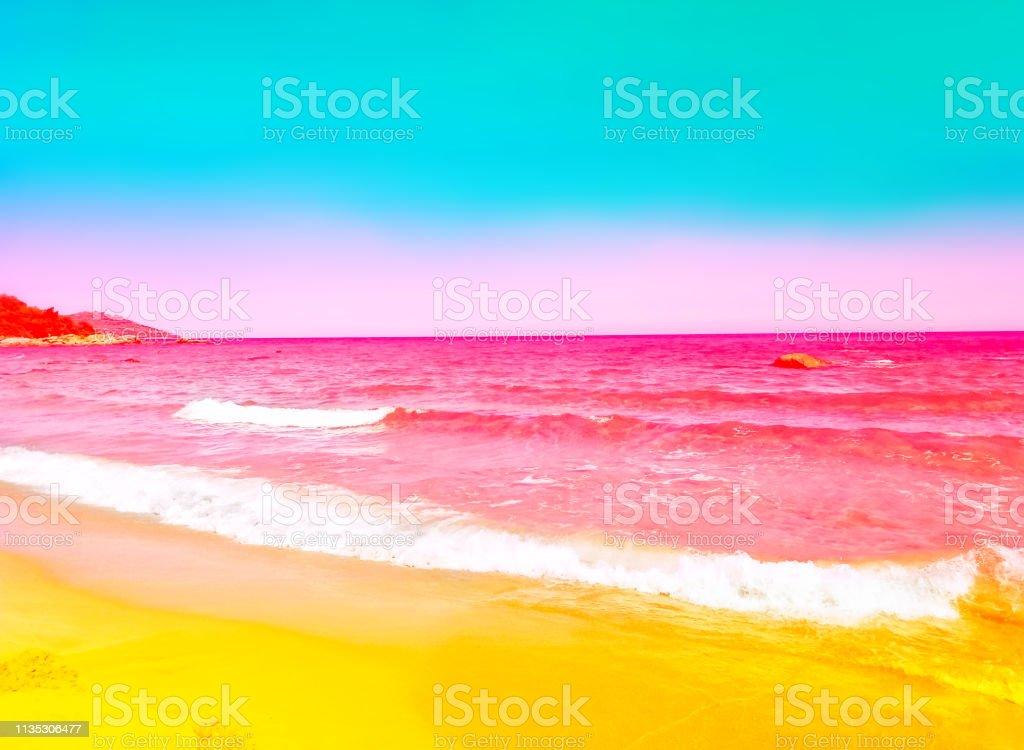 Schäumend rosafarbene Meereswelle rollt zu gelbem Sandufer. Türkisblauer Himmel. Wunderschönes, getöntes Bild mit hellen Neonfarben. Ruhige, idyllische Landschaft. Tropische Strandurlaubswanderlust Paradies – Foto