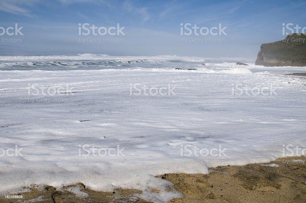 Espumosos Surf en la playa foto de stock libre de derechos